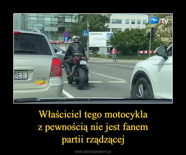 Właściciel tego motocyklaz pewnością nie jest fanempartii rządzącej –