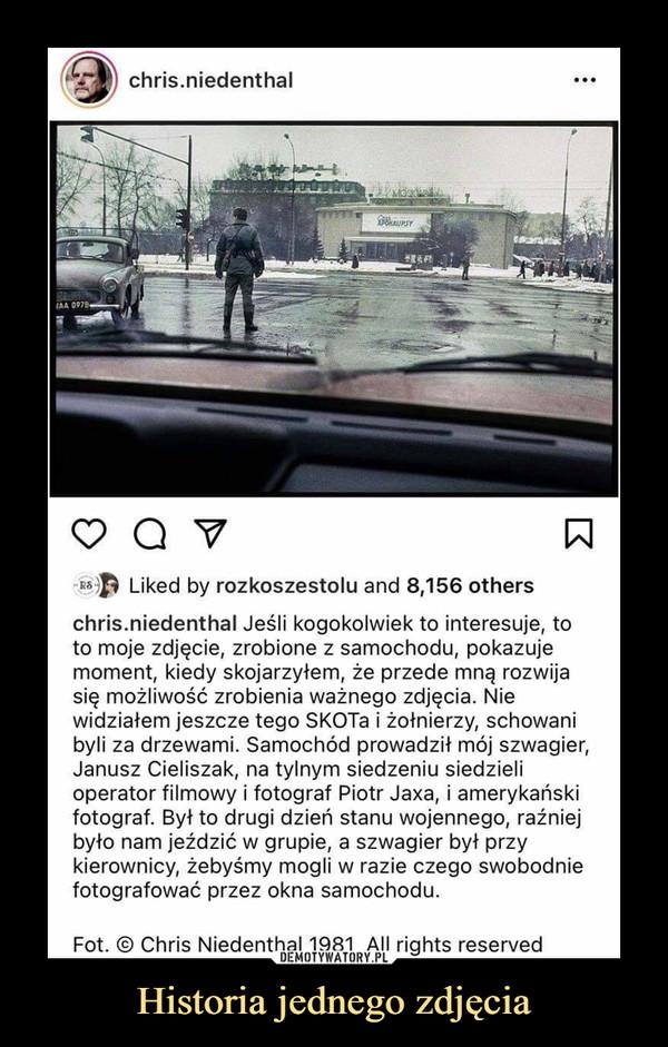 Historia jednego zdjęcia –  chris.niedenthal ••• Q Liked by rozkoszestolu and 8,156 others chris.niedenthal Jeśli kogokolwiek to interesuje, to to moje zdjęcie, zrobione z samochodu, pokazuje moment, kiedy skojarzyłem, że przede mną rozwija się możliwość zrobienia ważnego zdjęcia. Nie widziałem jeszcze tego SKOTa i żołnierzy, schowani byli za drzewami. Samochód prowadził mój szwagier, Janusz Cieliszak, na tylnym siedzeniu siedzieli operator filmowy i fotograf Piotr Jaxa, i amerykański fotograf. Był to drugi dzień stanu wojennego, raźniej było nam jeździć w grupie, a szwagier był przy kierownicy, żebyśmy mogli w razie czego swobodnie fotografować przez okna samochodu. Fot. @ Chris Niedenthal 1981 Ali rights reserved