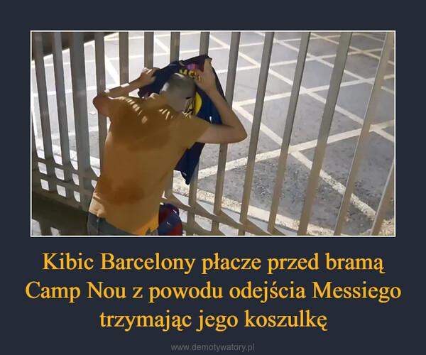 Kibic Barcelony płacze przed bramą Camp Nou z powodu odejścia Messiego trzymając jego koszulkę –