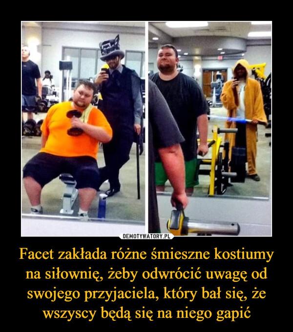 Facet zakłada różne śmieszne kostiumy na siłownię, żeby odwrócić uwagę od swojego przyjaciela, który bał się, że wszyscy będą się na niego gapić –